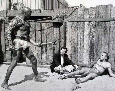 20161210224000-26-stanley-kubrick-directing-woody-strode-and-kirk-douglas-on-the-set-of-spartacus.jpg